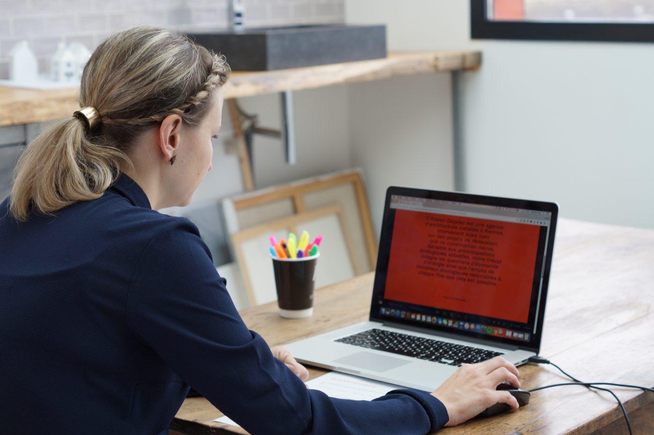 Un utilisateur teste un site durant un test d'utilisabilité réalisé au sein de l'Iris UX Lab de LunaWeb
